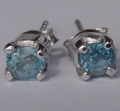 Silver ear studs with zircon